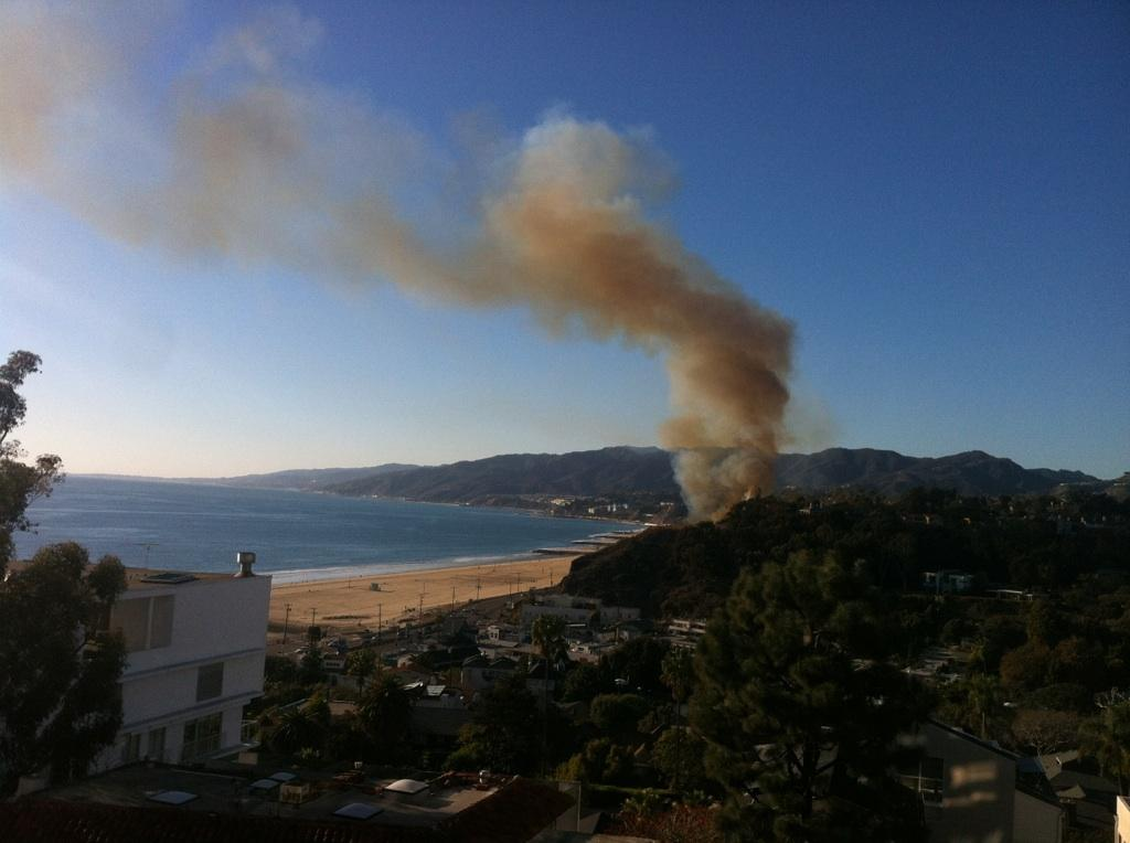 Wildfire threatens homes, prompts evacuations in Pacific Palisades, California